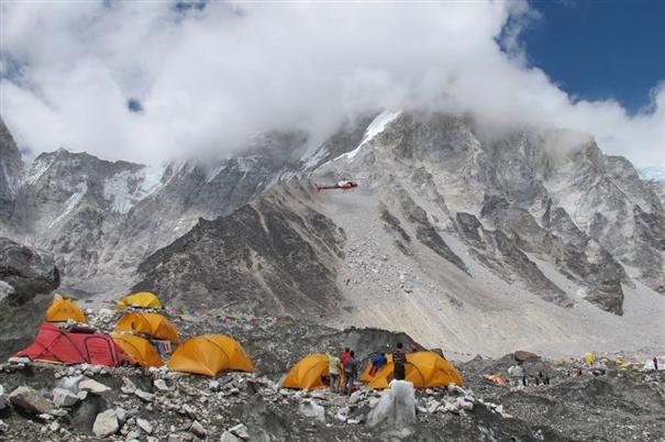 спасательный вертолет у Базового лагеря Эвереста