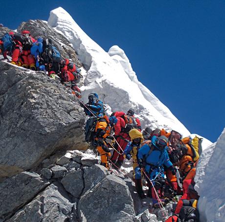 очередь альпинистов на ступени Хиллари у вершины Эвереста