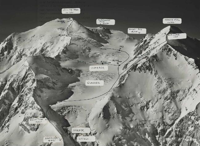 Фото Мак-Кинли с хребтом Karstens Ridge, ледопадом Harper Icefall, башней: Browne Tower, ледником: Harper Glacier, Sourdough Gully, с отмеченными маршрутами 1912 и 1913 годов а также с отметкой места на Северном склоне где был виден флаг, установленный экспедицией 1910 года