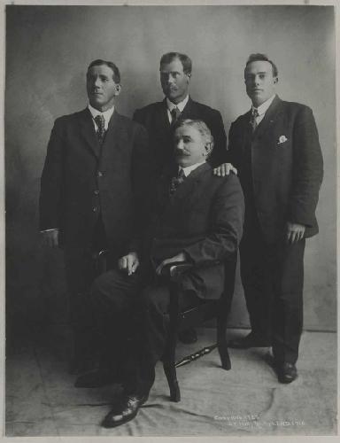 """экспедиция """"Кислое Тесто"""" (Sourdough expedition) на Мак-Кинли 1910 г. Слева направо: Charley McGonagall (40), Pete Anderson (47), Tom Lloyd (49, сидит), и Billy Taylor (27)"""