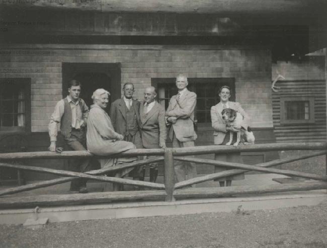 Белмор Браун (Belmore Browne) с семьей в 1936 году
