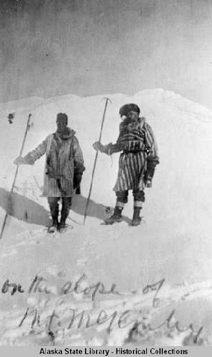"""Charlie McGonagall и Tom Lloyd на отметке 4870 м у высотного лагеря. Экспедиция """"Кислое Тесто"""" (Sourdough expedition) на Мак-Кинли 1910 г"""