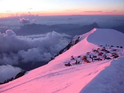 палатки установленные у хижины Goûter на склоне Монблана