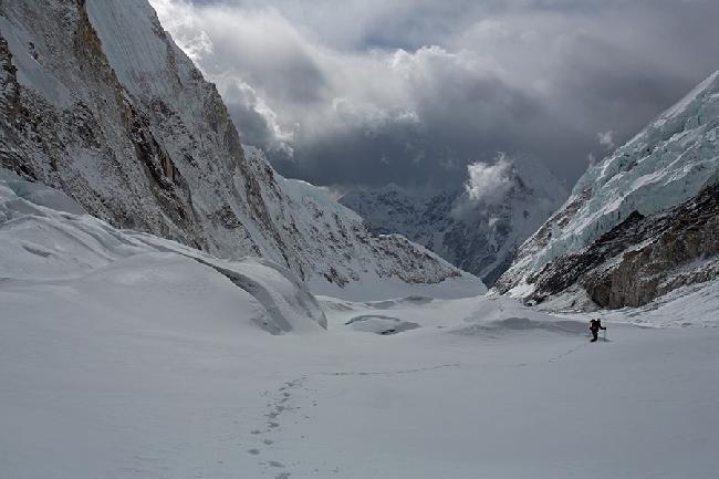 Спасаясь от шерп мы спускались без веревок по леднику Нупцзе с большим количеством трещин и не хоженому маршруту