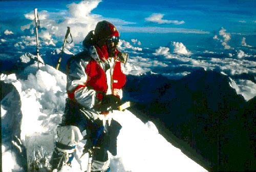 Ежи Кукучка (Jerzy Kukuczka)  на вершине восьмитысячника Шишапангма (Shishapanmga, 8027 м). 1987 год