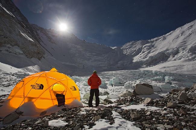 Лагерь Camp2 на Эвересте в полнолуние