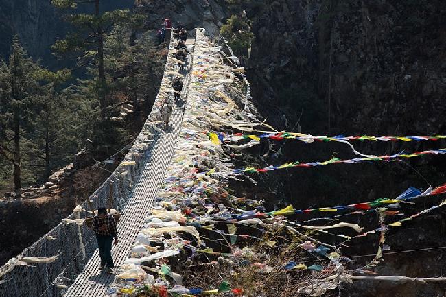 Традиционные молитвенные флаги используются для укрепления мира, сострадания, силы и мудрости ...