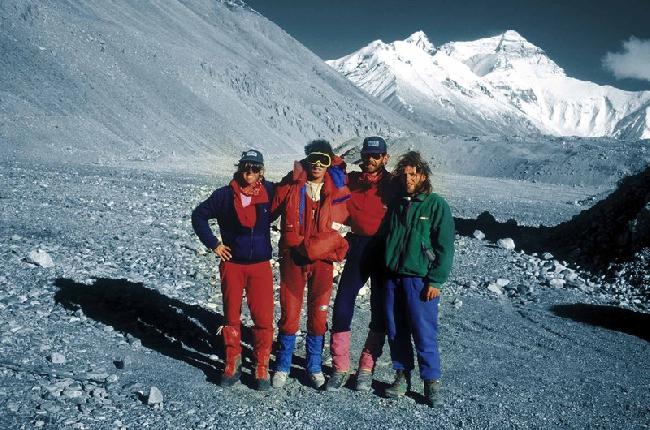"Спасательная команда Артура Хайзера после операции ""Удар молнии"" (""Thunderbolt"")  на леднике Rongbuk. С лева на право: Gary Ball, Andrzej Marciniak, Rob Hall, Artur Hajzer"