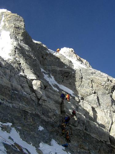 Лестница на второй ступени Эвереста на отметке 8600 метров