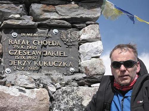 Артур Хайзер у мемориала памяти польским альпинистам и Jerzy Kukuczka (Ежи Кукучка) на Лхоцзе