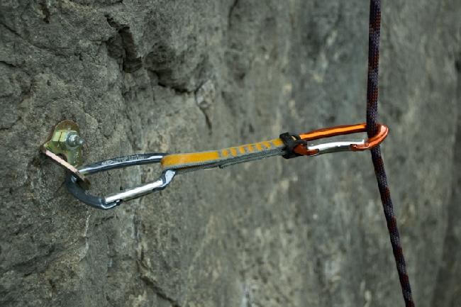 как пример - на этом фото оттяжки фиксатор (один из его видов) - черный эластичный элемент у карабина в который вщелкнута веревка. Фото с сайта http://climbingway.com/