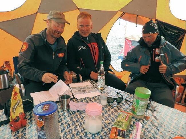 Thomas Laemmle, Артур Хайзер (Artur Hajzer) и Марчин Качкан (Marcin Kaczkan) в Базовом лагере Немецкой экспедиции на Гашербрум. июнь 2013