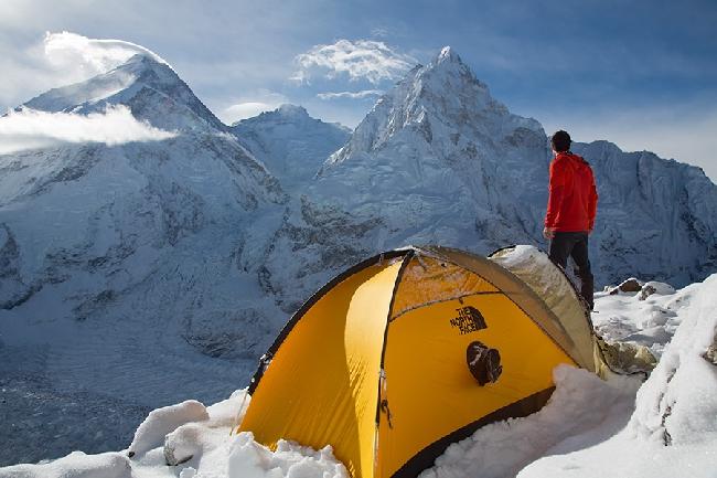 Джонатан Гриффит во время акклиматизации на Лобуче. На переднем плане Пумори, Эверест, Лхоцзе, Нупцзе