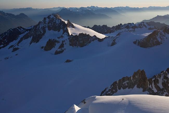 Два альпиниста в океане гор