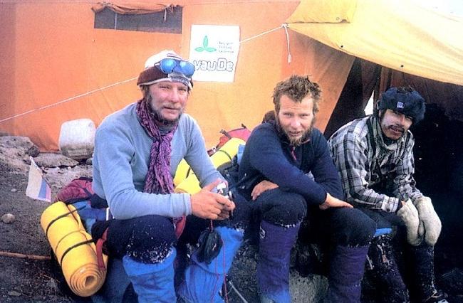 Ежи Кукучка (Jerzy Kukuczka), Артур Хайзер (Artur Hajzer) и Carlos Carsolio у Базового лагеря Manaslu. 1986 год