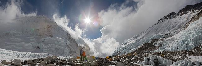 Симоне МОро и Ули Штек в лагере Camp2 обсуждают будущий новый маршрут на Эверест