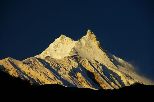 Восьмитысячник Манаслу ((Manaslu, 8156 м) - Главная вершина — слева