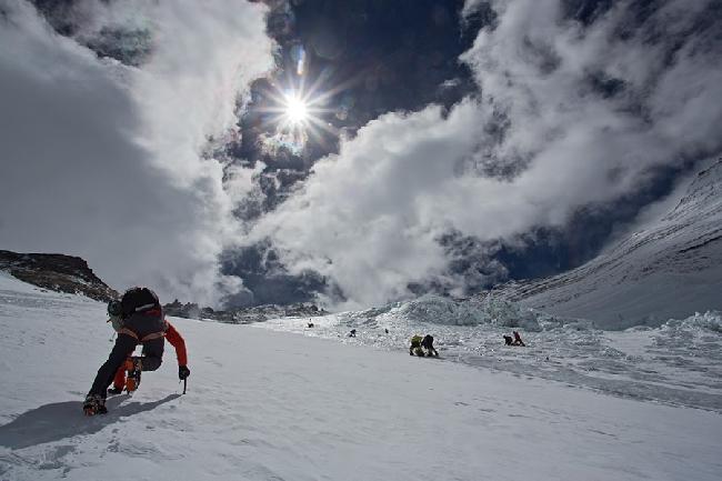 Ули Штек поднимается вдалеке от шерп. Как в таком случае мы могли сбросить на голову одного из них кусок льда?