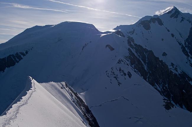Пара альпинистов на гребне Bionassay на фоне вершины Монблан