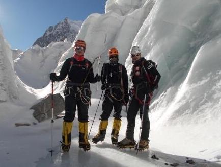 Участники Иранской команды (Айдин Бозорги (Aidin Bozorgi), Пойя Кейван (Pouya Keivan) и Моджтаба Джарахи (Mojtaba Jarahi)) на Броуд Пик перед началом экспедиции.  июнь 2013 года