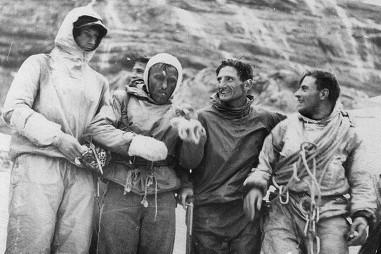 Победа! Первые покорители горы Эйгер. Изображены слева направо: Г. Харрер, Л. Фёрг, А. Хекмайр, Ф. Каспарек. (RDB)