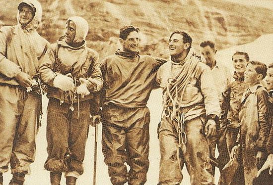 Генрих Харрер (Heinrich Harrer), Фритц Каспарек (Fritz Kasparek),  Андерль Хекмайр (Anderl Heckmair), Людвиг Вёрг (Ludwig Vörg) после первопрохождения Северной стены Эйгера. 24 июля 1938 года