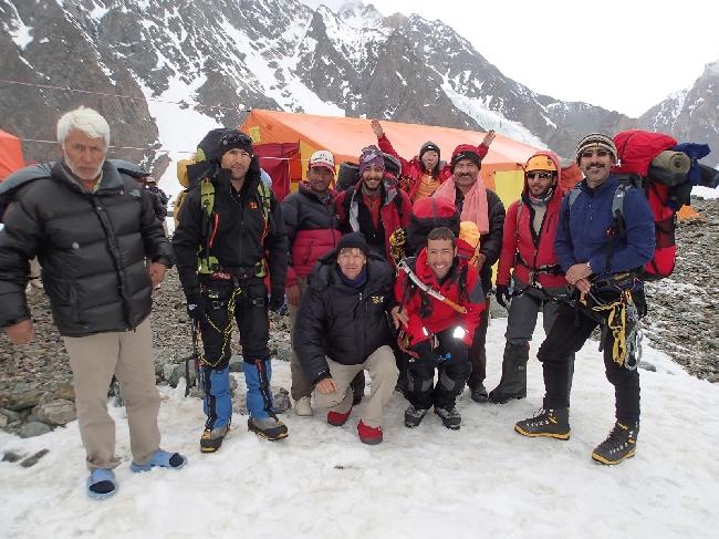 Иранская команда в Базовом лагере Броуд Пик, перед выходом в Camp1