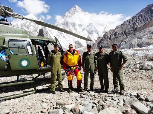 вертолетная поисковая команда. в центре на фото - Томас Ламмле