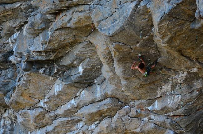 Адам Ондра на одном из своих проектов в пещере Hanshelleren cave в Flatanger. август 2013