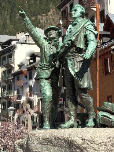 памятник альпинистам Бальма и Соссюру