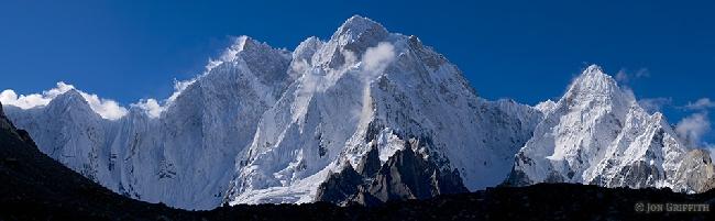 Панорама массива K6. <br>К6 Западная (K6 West) высотой 7040 метров., <br>К6 Центральная (K6 central peak) высотой 7100 метров <br> К6 главная / Балтистан Пик ( K6 Main / Baltistan Peak) высотой 7282 метров<br>Справа- вершина Kapura. Фото Jonathan Griffith