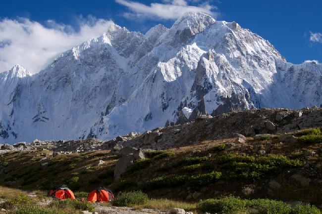 Базовый лагерь под Северной стеной K6 West. Фото Jonathan Griffith