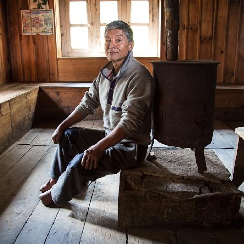 Анг Ками поднимался на Эверест с экспедицией непальской армии, в этом восхождении в следствии обморожения он потерял пальцы на обеих ногах. Он был отправлен в Великобританию, чтобы получить надлежащее лечение и в настоящее время он получает правительственную пенсию. Он также построил свой чайный домик в деревне Пхакдинг.