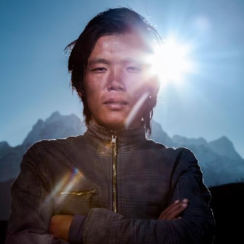 Мингма Черинг (Mingma Tshering), помогает заботиться о своем племяннике Chosang, чей отец умер на Эвересте в 2006 году. Мингма также работал на Эвересте в первый раз этой весной, перенося снаряжение на седловину Эвереста