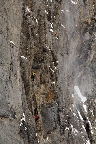"""Роберт Джаспер (Robert Jasper, Германия) и Роджер Шали (Roger Schaeli, Швейцария) на маршруте """"Ghilini - Piola Direttissima"""" сложности IX,7c на Северной стене Эйгера."""