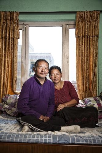 54-х летний Анг Темба (Ang Temba), перенес инсульт в экспедиции на Эверест в 2006 году. Вопреки советам врачей, он вернулся на Эверест в 2007 году и получил второй инсульт вскоре после возвращения. Сейчас он парализован и не может говорить. На фото он сидит со своей женой, Furba, в их доме в Катманду