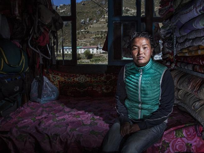 Нима Лхаму, потеряла своего первого мужа в ледопаде Кхумбу, в это время она была на шестом месяце беременности
