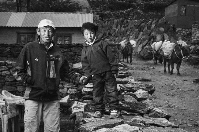 Пасанг Рита, со своим внуком. Он потерял своего сына на Эвересте. А его второй сын Мингма Черинг весной 2013 года впервые пошел работать на Эверест в качестве высотного носильщика