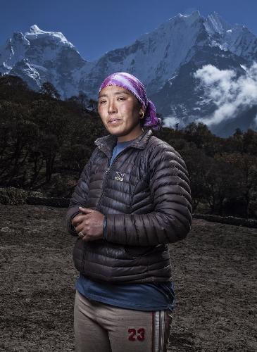 Jangmu потеряла мужа, Даву Тенцинга, который перенес инсульт в лагере 1 на Эвересте во время работы на иностранную экспедицию