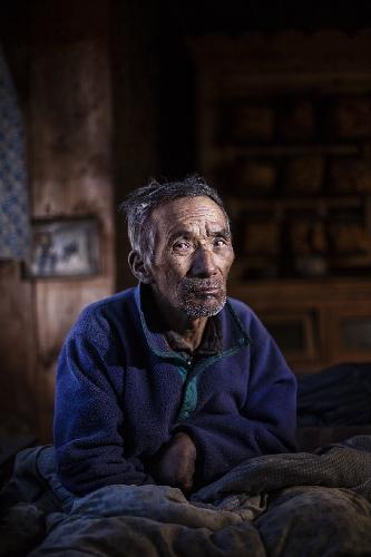 Лхакпа Гальзен (Lhakpa Gyalzen), буддийский лама сказал ему что он исцелиться только тогда, когда прочитает 100 000 молитв