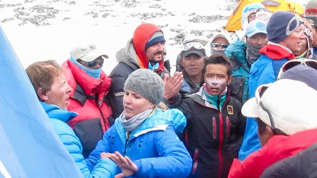 Симоне Моро в лагере 2 на Эвересте во время конфликта с шерпами. Фото MIchael Chambers