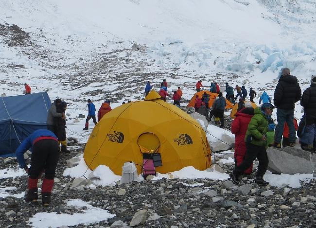 Горный гид Аарон Майнер сдерживает Таши Шерпа (слева, темно-синяя куртка) в лагере 2 на  Эвересте во время конфликта. Фото MIchael Chambers