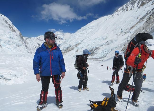 Ули Штек в красной куртке справа поднимается по склону Эвереста. Фото сделано до начала конфликта