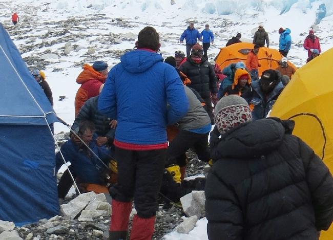 Ули Штек (внизу слева) на земле в лагере Camp2 на Эвересте. Фото после нападения Таши Шерпа. Симоне Моро можно увидеть убегающим, он в оранжевой куртке в верху слева. Фото MIchael Chambers