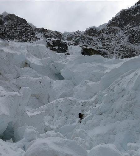 Ян Вельстед (Ian Welsted) на отметке примерно 5400 метров на Северо-Западной стене  K6 West. Прохождение  бергшрунда недалеко от первого бивуака. Будущий новый маршрут проходит прямо над головой Яна. Фото Raphael Slawinski.
