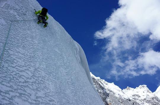 Raphael Slawinski на ледовом участке сложностью WI4+ на отметке 6000 метров во второй день восхождения на Северо-Западной стене  K6 West. Фото Ian Welsted