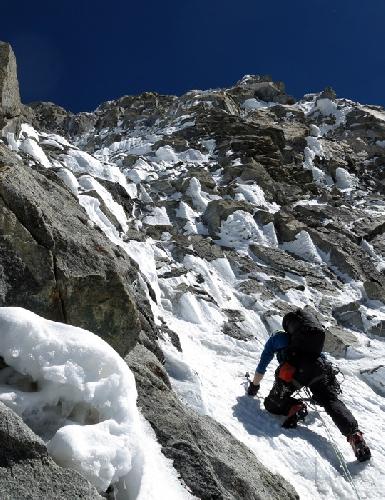 Ян Вельстед (Ian Welsted)  на микстовом участке на отметке 6300 метров, недалеко от третьего бивуака на Северо-Западной стене  K6 West. Фото Raphael Slawinski