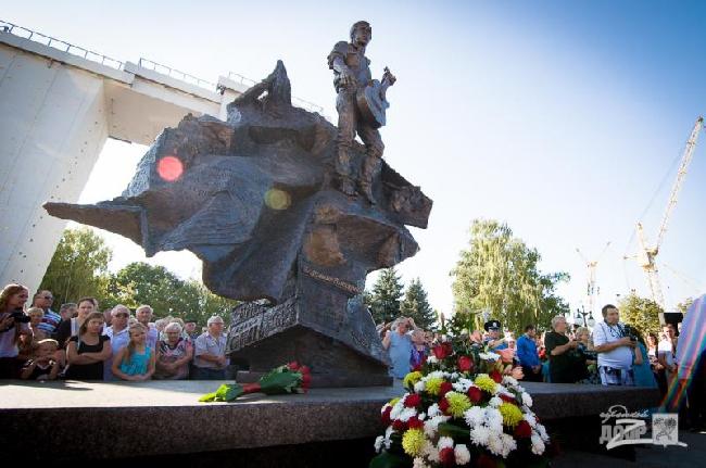 """спортивный комплекс """"Вертикаль"""", в который входит памятник легендарному поэту, исполнителю и актеру Владимиру Высоцкому и скалодром"""