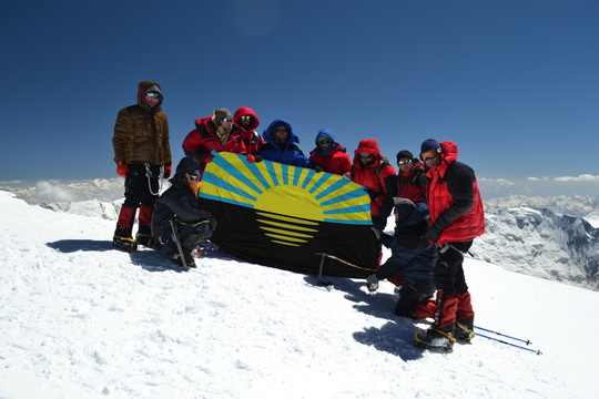 Команда на вершине пика Корженевской с флагом Донецкой области