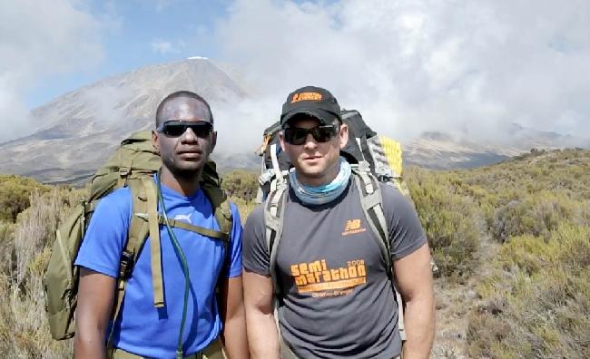 Стив Оббай (Steve Obbayi) и Тоби Стори-Пью ( Toby Storie-Pugh) при восхождении на Килиманджаро в рамках подготовки к проекту покорения Эвереста